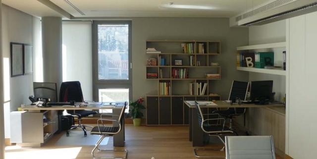 γκρί ανοιχτό ξύλινα γραφεία με ράφια και βιβλιοθήκη