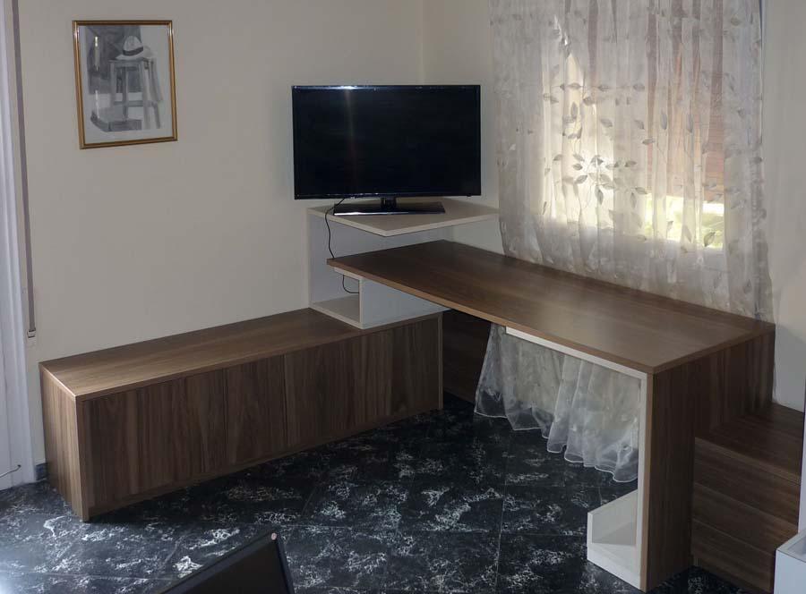 γωνιακό ξύλινο γραφείο με πάγκο και συρτάρια