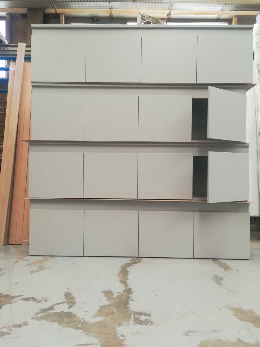 βιβλιοθήκη με ανοιγόμενα ντουλάπια για γραφείο