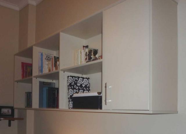 επιτοίχια βιβλιοθήκη με ντουλάπι