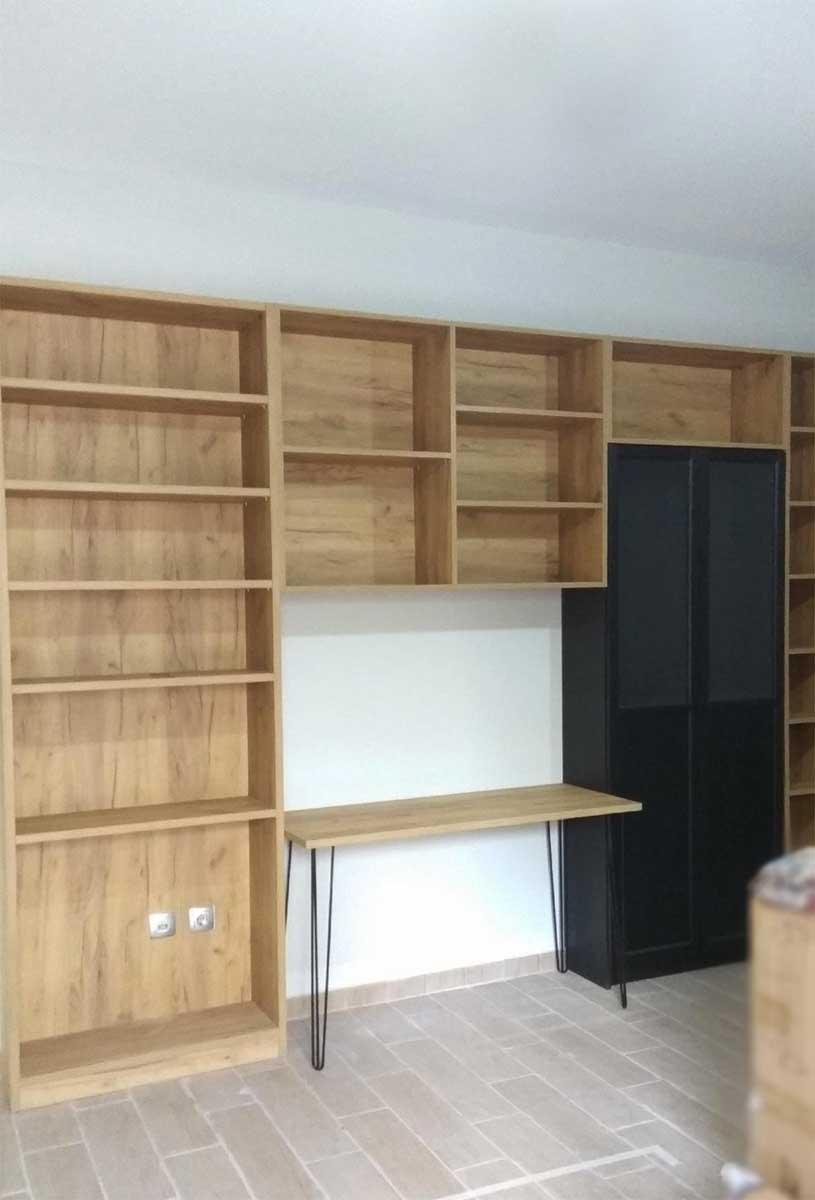 βιβλιοθήκη για ολόκληρο τοίχο σε φυσική απόχρωση ξύλου