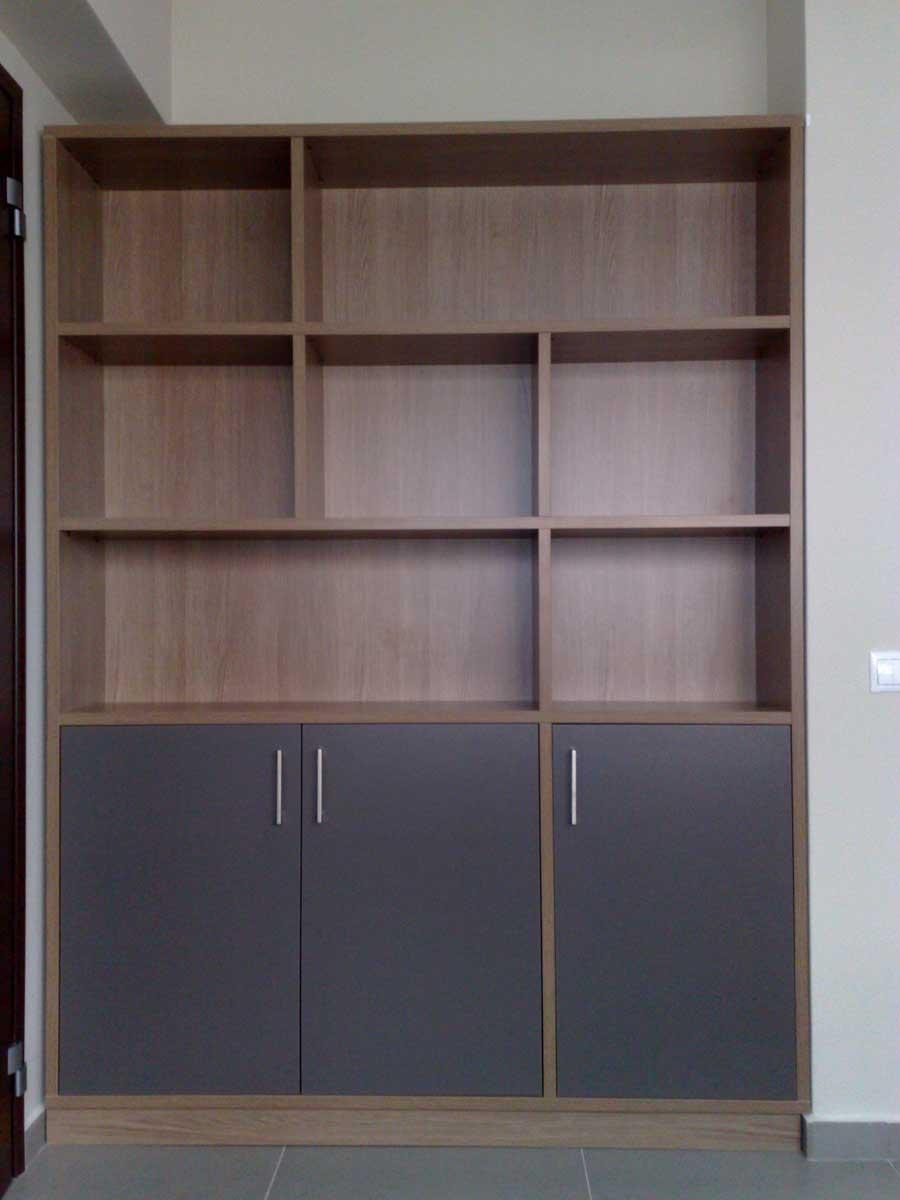 βιβλιοθήκη με ασσύμετρα ράφια και τρία ντουλάπια για γραφείο
