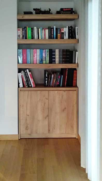 ξύλινη κατασκευή ντουλάπι και απο πάνω τρία ράφια στο σχήμα βιβλιοθήκης